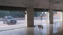 صالة أو محلات تجارية أو مخزن 300 متر على القطران ((عين زارة ))