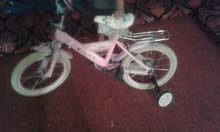 دراجة هوائية للبيع مستعمل سبوع بس لون بناتي