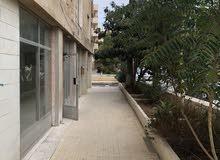 شقه في الدوار السابع خلف شارع عبد الله غوشه بجنب مسجد طارق بن زياد
