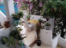 شقة راقية للايجار بها 5 غرف حديقة قراج للسيارة قرب مصحة حنبعل وقرب الاماكن الترف