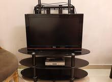 طاولة تلفزيون زجاجيه 3 ارفف مع تلفاز ورسيفر مجاناً