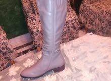 لقطة حذاء بوط حريمى جلد لونه رمادى شيك جدا