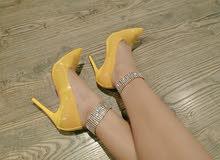 حذاء انيق أصفر لامع
