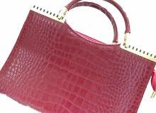 صندل أحمر و حقيبة عنابية اللون