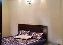 للايجار شقة مفروشة المنشية طابق ثالث تحتوي علي غرفتين وصالة وحمامين مطبخ مركب تك