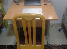 مكتب دراسي مع الكرسي