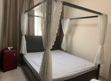 للبيع خزانة سحب تسريحة سرير حجم كنج مع فرشة طاولة مع درج جانبية عدد 2 كرسي سرير