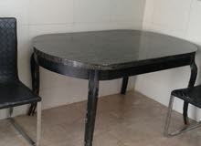 طاوله مرمر مع كرسيين جلد