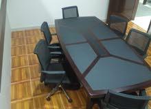 طاولة اجتماعات كبيره بحالة ممتازه وشبه جديدة مع كراسي عدد 4