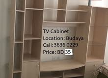 مكتبة للتلفزيون خشب فيها عدد من الأرفف وعدد 2 درج وجزء مقفول