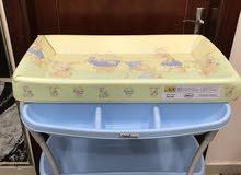 طاولة للتغير والاستحمام للاطفال