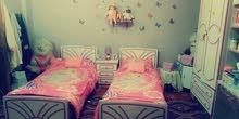 غرفه نوم بحالة ممتازة خشب لاتيه مع الموكيت والبرداي والفرشات وكفرات التخوت قابل