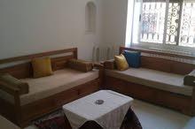 شقة مفروشة مكيفة بثلاث غرف و مطبخ و حمام