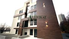 شقة ارضية للبيع في اعلى مناطق خلدا مساحة البناء 225 م و ترس 70 م ذات اطلالة جميلة جديدة لم تسكن