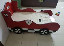 سرير للاطفار في شكل سيارة شبه جديد