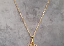 سلسلة  أنيقة وحلية مطلية بالذهب