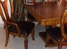 طاولة السفرة أريد أنا ابيعها مع 8كرسي150 دينار