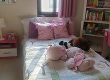 سرير ومرتبة وطاولة سرير