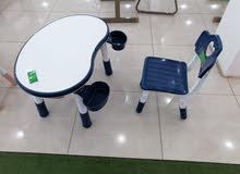مكتب لأطفال مع كرسي