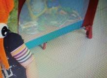 سرير أطفال وكرسي سيارة للأطفال شبه جديد