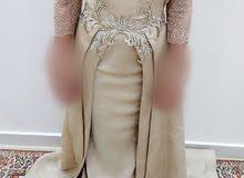 فستان انيق بسيط ذهبي مائل للون الفستقي