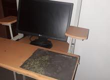 شاشة كمبيوتر بالطاولة