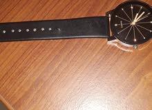 ساعة يدوية عادية.