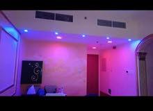 شقة غرفتين وصالة بلكونتين حمامين مضاف إليها أجمل الديكورات والإضاءة