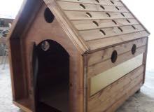 بيوت كلاب خشبية مختلفة الأشكال بالإضافة للإستانلس ولوحات تحذيرية