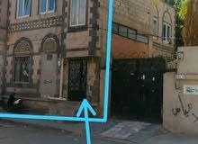 يوجد لدينا بيت للبيع لبنتين حر دورين حجر جوار شارع هايل
