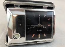 ساعة قديمة مع بيت جلد بني