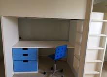 سرير أطفال كبير مع مكتب وكرسي ودولاب