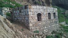 ارضيه في تعز 5 قصب مبني حجر عليها كامل باقي لها السقف والتشطيب