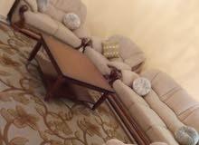 صالون متكون من كنبة تلاتيه وكنبه ثنائيه وكنبتين فرديات +طاولة