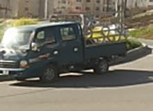 سائق مع بكب نقل مشترك على استعدادتوصيل عمال من مكان تواجدهم الى مكان عملهم
