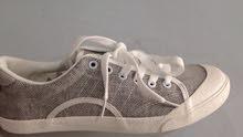 حذاء رمادي جديد بخيوط