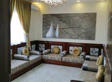 شقة سكنية ممتازة كبيرة روعه في التشطيب بالآثاث في زناته الدور الثالث داخل المخطط