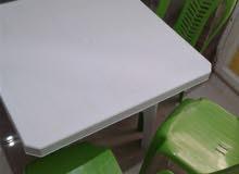طاولة بلاستيكية وثلاثة كراسي