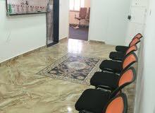 شقة مكتبية ممتازة كبيرة متكامله بالاثاث الدور الأول في باب بن غشير