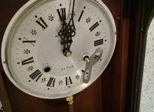 ساعة حائطية ميكانيكية قديمة في حالة جيدة تعمل بشكل جيد