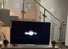 شاشة تلفزيون سمارت 4K 65 بوصه مع طاولة بالكرتون