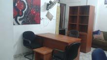 مكتب مع ملحق وكرسي وخزانة ملفات وكرسيين انتظار وطربيزة بحالة الجديد بسعر مغري