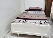 سرير مقاس 120 في 100  بحالة جيدة مع تسريحة ب 1000 درهم والتوصيل عليكم
