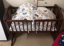 للبيع سرير متحرك للأطفال و نطاطة