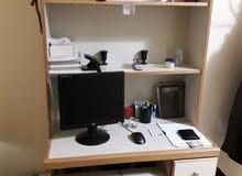 مكتبة مع طاولة كمبيوتر