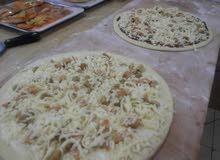 باحث عمل مناقيش لبنانية و بيتزا ايطالي