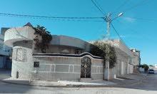فيلا 280متر تفتح على ثلاث واجهات بها ثلاثة محلات تجارية كبيرة قرب محطة اللواجات