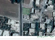 ارض سكنية مساحة حول 424 متر على ثلاث شوارع بموقع مميز قرب القناطر بالحصن