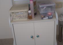 خزانة للمستلزمات الطبيه او لصالونات التجميل