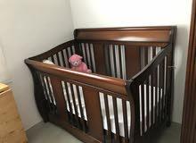سرير أطفال حجم كبير مع دولاب بنى اللون بحالة ممتازة
